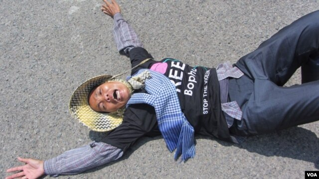 Yorm Bopha's mother lied down on the street on Wednesday morning March 27, 2013 to protest for the release of her jailed daughter.