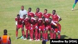 Les joueurs de Génération Foot du Sénégal avant leur match contre les Egyptiennes de Misr Makasa au stade Léopold Sédar Senghor, à Dakar, 10 février 2018. (VOA/Amedine Sy)