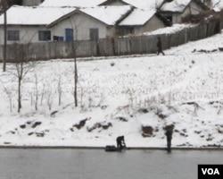 在鸭绿江边洗衣的朝鲜妇女