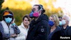 Birači u Edmondu, u Oklahomi nose maske dok čekaju u redu da glasaju, 29. oktobar 2020 (Foto: Rojters/Nick Oxford)