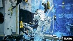 Các phi hành gia luyện tập trên một mô hình Hubble dưới nước tại Phòng thí nghiệm Buoyancy Neutral ở Houston.