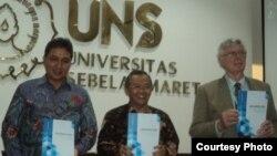 Dirjen Kebudyaaan Kementerian Pendidikan Dasar Menengah dan Kebudayaan, Hilmar Farid (kiri) bersama Rektor UNS, Professor Ravik Karsidi (tengah) dan George Quinn, peneliti budaya Jawa dari Universitas Nasional Australia (kanan) (Foto: VOA/Yudha)