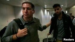 Novinar Glen Grinvold sa partnerom Dejvidom Mirandom na međunarodnom aerodromu u Rio de Ženeiru
