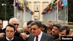 叙利亚和谈最高谈判委员会发言人穆斯拉特(中)在联合国驻日内瓦大厦外发表声明. (2016年2月2日)