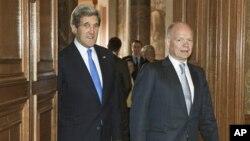 美國國務卿克里與英國外交大臣黑格2013年4月10日於倫敦 正準備八國集團會談