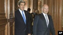 ທ່ານ William Hague (ຂວາ) ລັດຖະມົນຕີການຕ່າງປະເທດອັງກິດ ແລະທ່ານ John Kerry ລັດຖະມົນຕີກະຊວງການຕ່າງ ປະເທດສະຫະລັດ ທີ່ເຂົ້າຮ່ວມກອງປະຊຸມ G8 ທີ່ນະຄອນລອນດອນໃນວັນພຸດມື້ນີ້.