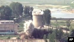 Arhivski snimak uništenja rashladnog tornja u glavnom nuklearnom kompleksu Severne Koreje Jongbjon iz juna 2008.