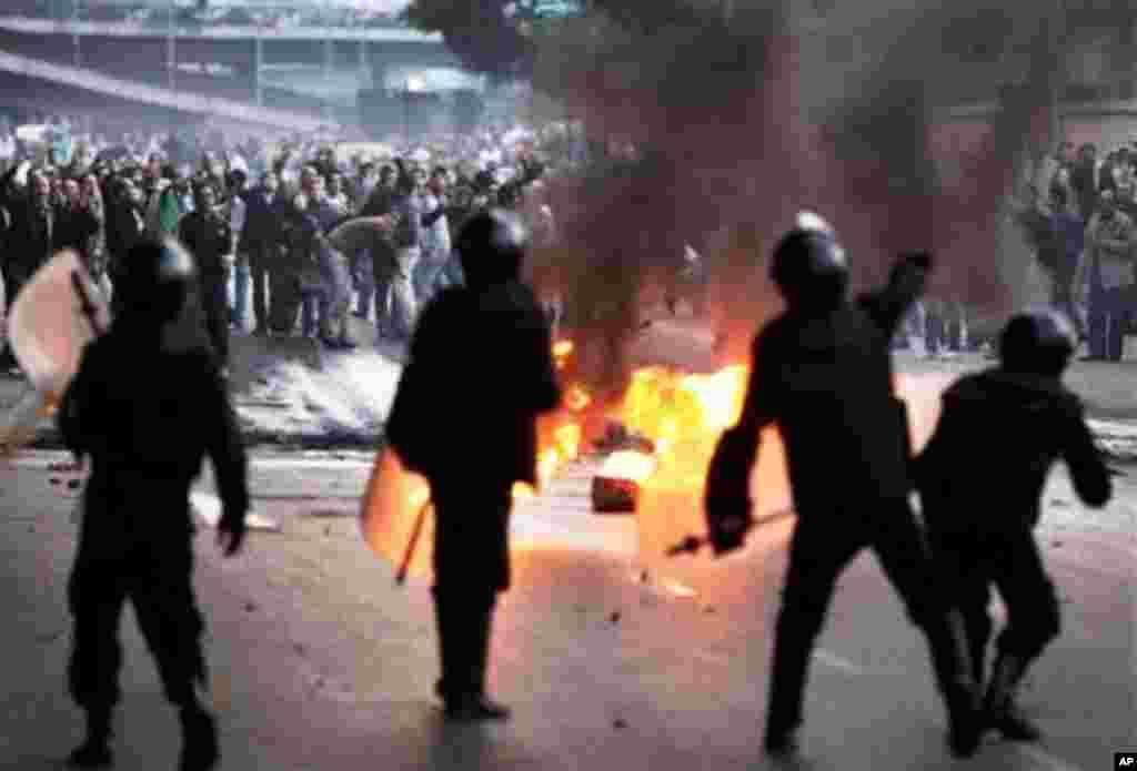 Face-à-face entre les manifestants et la police anti-émeute.