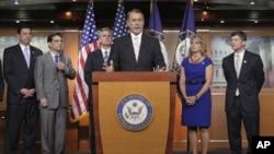 ປະທານສະພາຕໍ່າສະຫະລັດ ທ່ານ John Boehner (ກາງ) ທີ່ກອງປະຊຸມຖະແຫຼງຂ່າວ ກ່ຽວກັບເລື່ອງໜີ້ສິນ ຂອງສະຫະລັດ ຢູ່ຕຶກຫໍລັດຖະສະພາ (19 ກໍລະກົດ 2011)