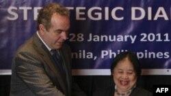Thứ Trưởng Ngoại giao đặc trách Chính sách của Philippines Erlinda Basilio và Trợ Lý Bộ trưởng Ngoại giao Hoa Kỳ đặc trách các vấn đề Châu Á-Thái bình dương Kurt Campbell trong cuộc họp hồi tháng Giêng năm 2011 vừa qua