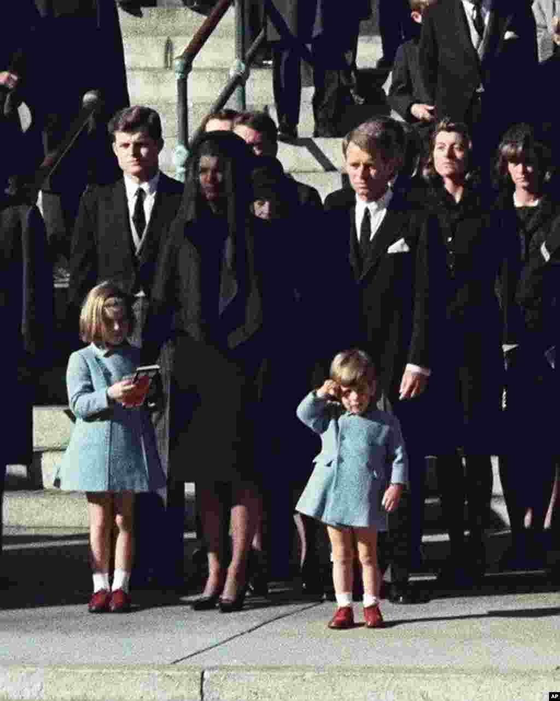 امروز در تاریخ: سال ۱۹۶۳ – احترام جان اف کندی پسر در مراسم خاکسپاری پدرش، که چند روز قبل ترور شده بود.