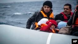 Des migrants arrivent sur l'île grecque de Lesbos, le 29 janvier 2016. (AP Photo/Mstyslav Chernov)