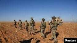 ABŞ və Türkiyə hərbi qüvvələrinin əsgərləri ilk dəfə olaraq Mənbic yaxınlığında birgə patrol missiyası zamanı, Manbij, 1 noyabr, 2018.
