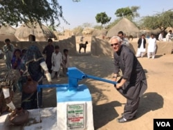 ڈاکٹرمحتار خان تھر میں اپنے ادارے کی جانب سے لگائے گئے ہینڈ پمپ کے ساتھ