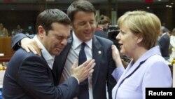 آنگلا مرکل، ماتیو رنزی، نخست وزیر ایتالیا، الکسیس تسیپراس نخست وزیر یونان در نشست سران اتحادیه. بروکسل، بلژیک. ۲۵ ژوئن ۲۰۱۵