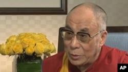 西藏精神领袖达赖喇嘛。图为他7月12日接受美国之音中文部电视专访时
