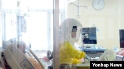19일 메르스 환자가 격리 치료 중인 서울 국립중앙의료원에서 방호복을 입은 병원 관계자가 업무를 보고 있다.