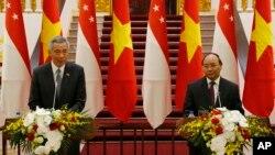 Thủ tướng Singapore Lý Hiển Long (trái) phát biểu trong buổi họp báo chung với người đồng cấp bên phía Việt Nam Nguyễn Xuân Phúc.