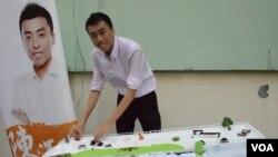 參選區議會的「東九龍社區關注組」成員陳澤滔 (美國之音湯惠芸拍攝)