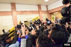 大批記者爭相拍攝林鄭月娥引起混亂。(美國之音湯惠芸攝)