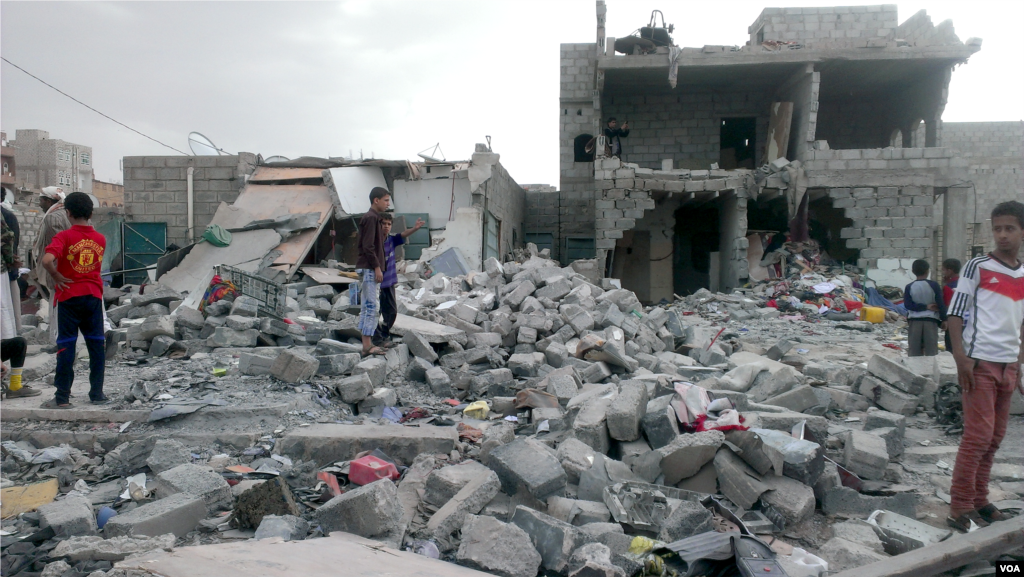 "Months after an airstrike on a neighborhood populated by black Yemenis, or ""Muhamasheen,"" more than a hundred buildings still remain in rubble and survivors continue to search for any valuables, Sana'a, Yemen, Oct. 9, 2015. (Almigdad Mojalli/VOA)"