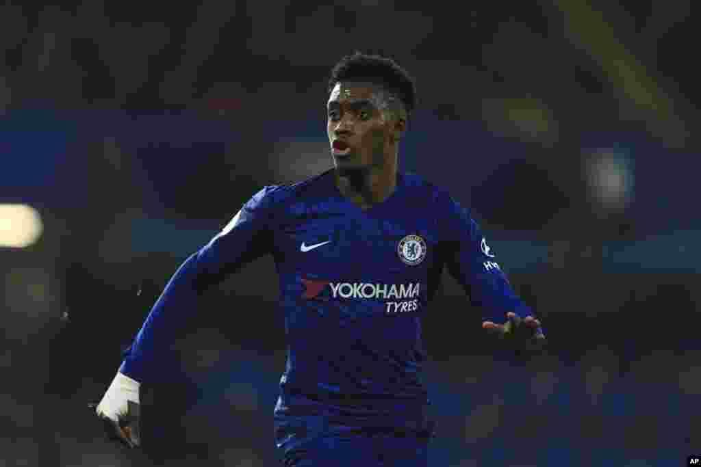 Callum Hudson-Odoi akinira Chelsea ni we mukinyi wa mbere wo mu mahiganwa ya Premier League yanduye Corona mu kwezi kwa gatatu.