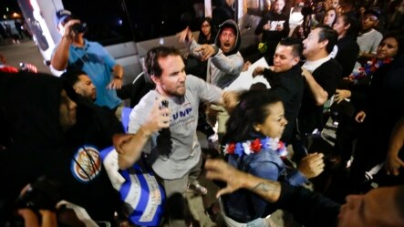 ریلی کے باہر ٹرمپ کے حامیوں کی مخالفین سے جھڑپیں ہوئیں۔