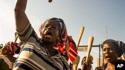 Des manifestantes brandissent des spatules dans Ouagadougou, 27 octobre 2014