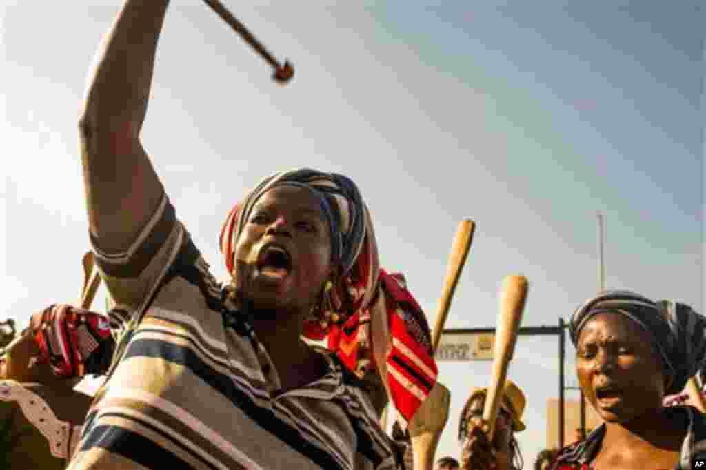Lors d'une manifestation des femmes, lundi 27 octobre 2014 à Ouagadougou, Burkina Faso, cette burkinabé proteste avec ses campagnes contre le président Blaise Compaoré qui, malgré ses 27 ans au pouvoir, cherche à modifier la Constitution pour un autre mandat.