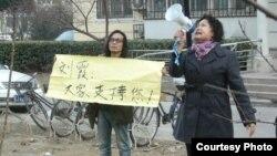 楊匡和劉沙沙3月7日在劉霞住家樓下聲援(胡佳推特圖片)