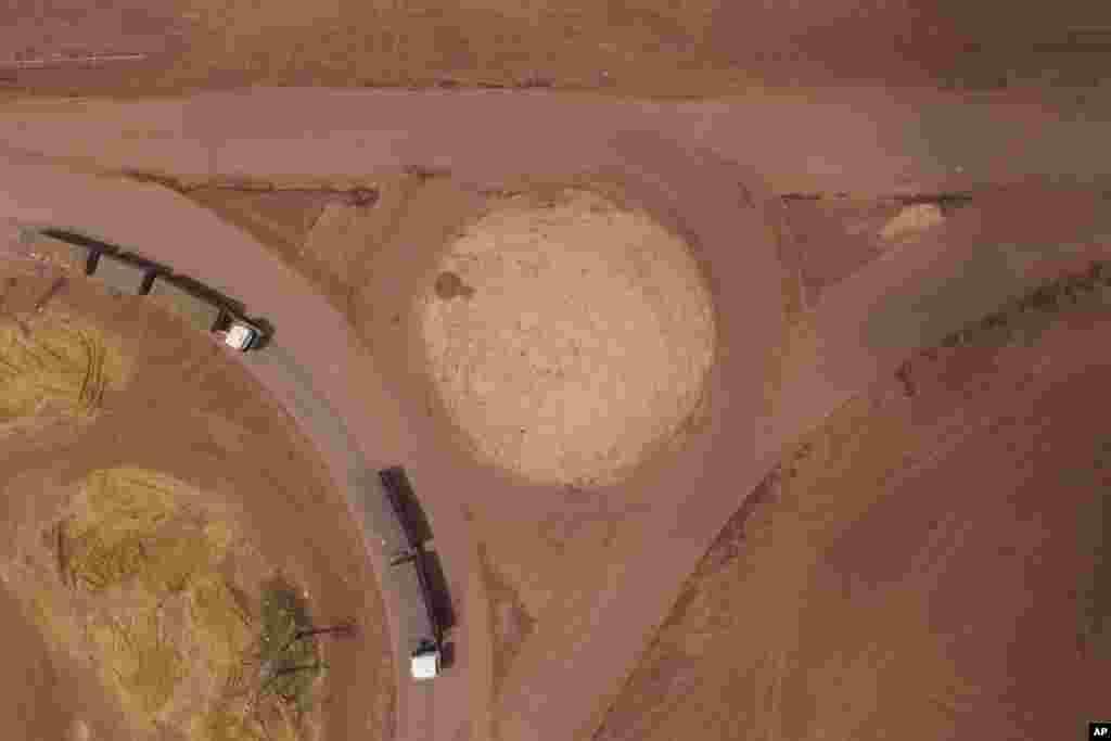 브라질 파라주 캄보 베르데에서 화물트럭이 트렌스-아마존 고속도로를 벗어나 BR-163을 향하고 있다.