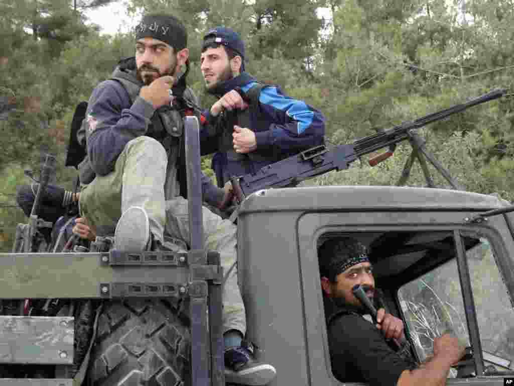 7일 이들립 시 반군이 시리아 정부군으로부터 빼앗은 트럭에 올라타 있다. 이들립 뉴스 네트워크 제공 시민 제보 영상.
