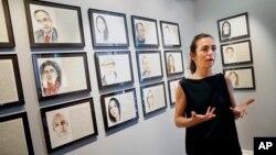 Nghệ sĩ Aurelie Galois nói chuyện với phóng viên về tác phẩm của mình tại Trung tâm Văn hóa Pháp ở Boston, ngày 7 tháng 6 năm 2016.