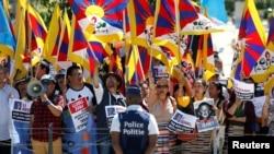 中国国务院总理李克强2017年6月2日在布鲁塞尔出席欧盟和中国峰会会场外支持西藏的示威人群(路透社)