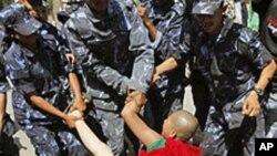 중국 공안에 연행되는 티베트 승려 (자료사진)