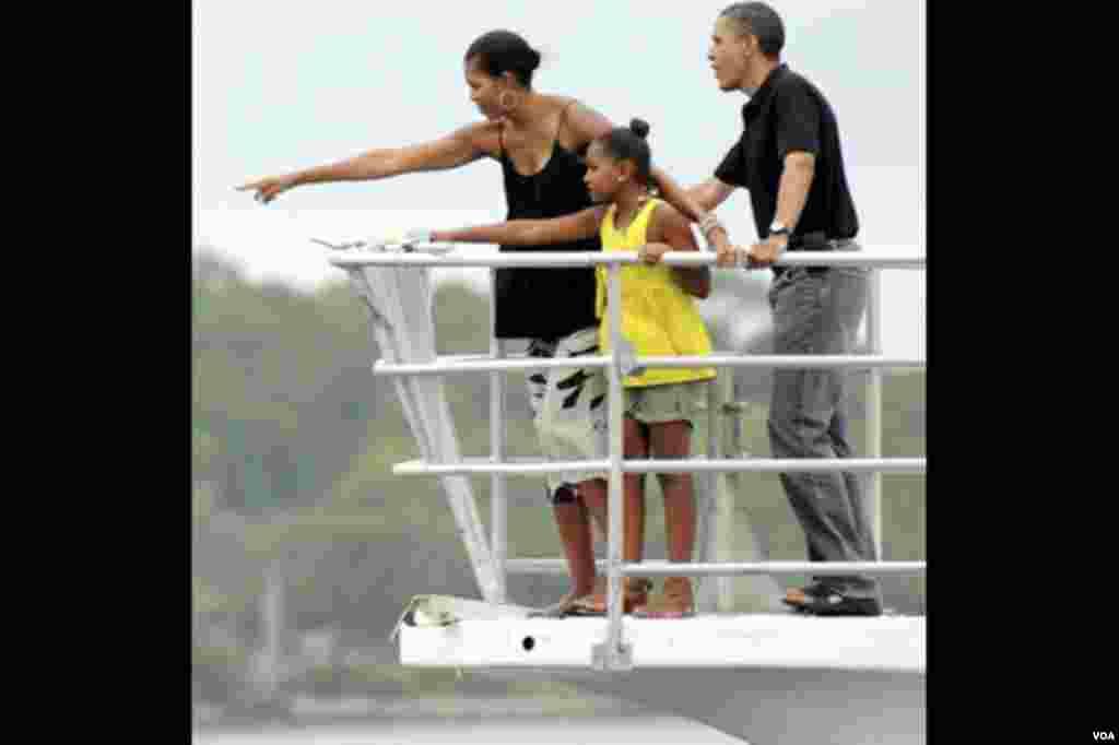 Predsjednik Barack Obama sa suprugom Michelle i kćerkom Sashom boravio je u nedjelju 15. avgusta u St. Andrew Bay-u na Floridi (AP Photo/Andrew Wardlow, Pool)
