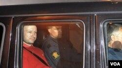 Tersangka Anders Behring Breivik (baju merah) dilaporkan tampil tenang dalam sidang dengar keterangan pertama di pengadilan Oslo (25/7).
