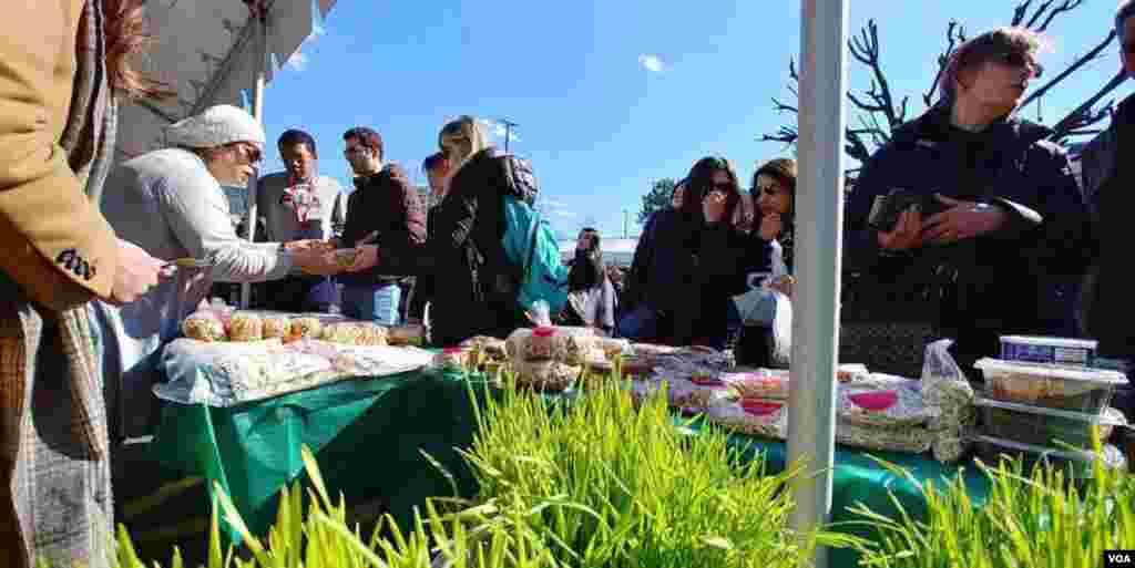 خرید سبزه و وسایل هفت سین عید در جشن نوروزی در شمال ویرجینیا.