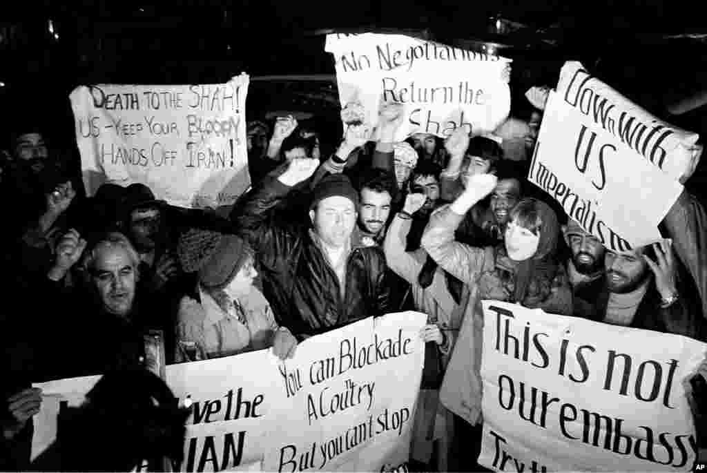 امروز در تاریخ: سال ۱۳۵۸ – آمریکاییهای که از موضع ایران در بحران گروگان گیری پشتیبانی می کردند، در یک تظاهرات علیه دولت آمریکا در بیرون سفارت آمریکا در تهرانشرکت کردند.