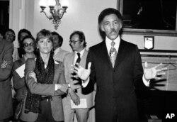 ARCHIVO - En esta foto de archivo del 26 de septiembre de 1979, Jane Fonda se encuentra junto al legislador Ronald Dellums, demócrata por California (derecha), en Washington. Dellums, un ardiente activista contra la guerra que defendió la justicia social como el primer legislador negro del norte de California murió el lunes 30 de julio de 2018.