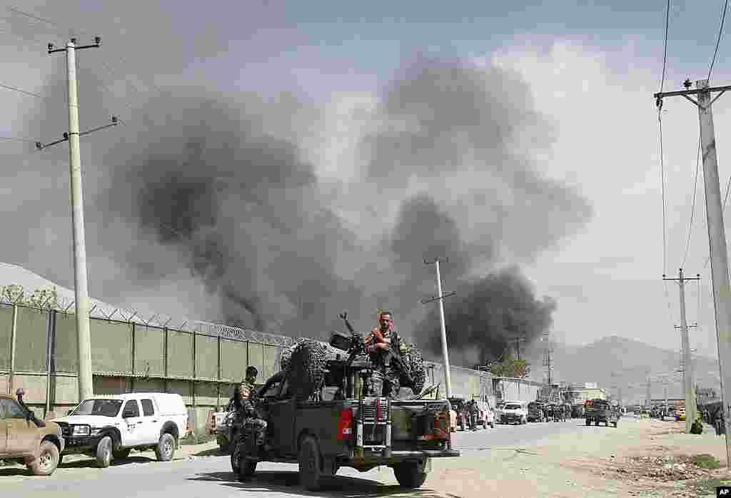 El humo marca el lugar del ataque del Talibán en Kabul, Afganistán. (AP Photo/Musadeq Sadeq)