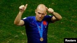 Arjen Robben dari Belanda memberikan jempol pada para pendukung setelah timnya menjadi juara ketiga Piala Dunia 2014 di stadion Brasilia (12/7).