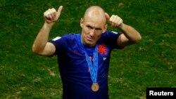 Cầu thủ Arjen Robben của Hà Lan cảm tạ cổ động viên sau khi Hà Lan giành vị trí thứ ba tại World Cup 2014.