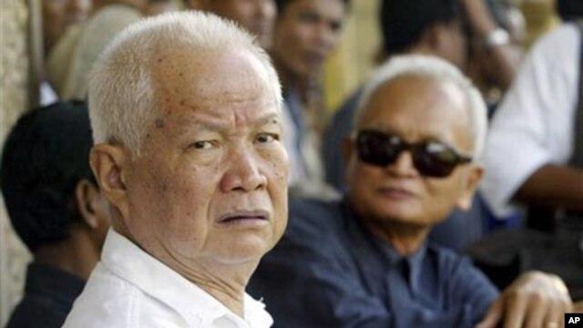 Cựu quốc trưởng Khieu Samphan, 81 tuổi, cũng được đưa vào bệnh viện vì mệt lả và khó thở.