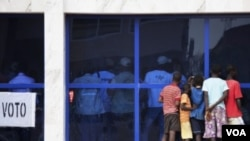 Anak-anak Guinea Bissau menonton perhitungan hasil pemilu di ibukota Bissau (18/3).
