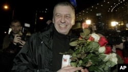 Former presidential candidate Andrei Sannikov is greeted by supporters after being released from a prison and arriving in Minsk, April 15, 2012.