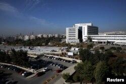 Pekerja konstruksi membangun rumah sakit lapangan di luar gedung rumah sakit pemerintah Pangeran Hamzah, di tengah kekhawatiran meningkatnya jumlah kasus COVID-19 di Amman, Yordania, 17 November 2020.