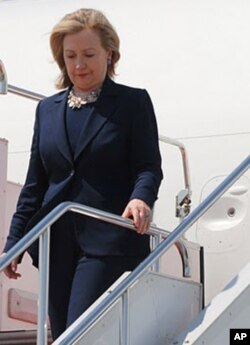 美国国务卿克林顿抵达东京