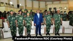 Le président Félix Tshisekedi au milieu des officiers de l'armée congolaise, à Kinshasa, RDC, le 11 juillet 2020 (Facebook / Présidence de la RDC). (Facebook/Présidence RDC)