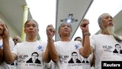 Bạn bè và người ủng hộ mặc áo in hình luật sư Lê Quốc Quân trong cuộc cầu nguyện tại nhà thờ Thái Hà ở Hà Nội, ngày 29/9/2013.